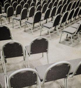 Chaises disposées selon un plan en épi et en conférence
