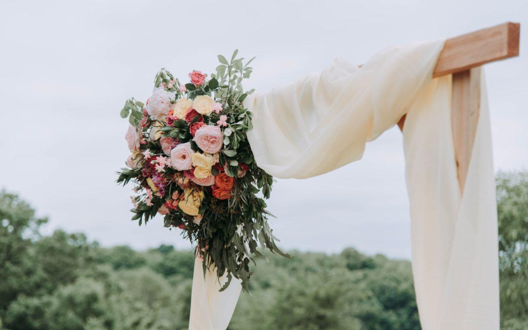 Arche de cérémonie laïque fleurie et drapée