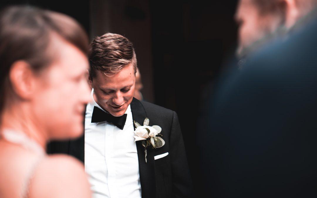Proche officiant une cérémonie laïque de mariage